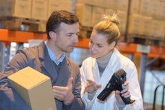 Работник показывая комнату картонной коробки apprentice Стоковые Фото