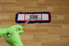 работник пола mopping Стоковая Фотография RF