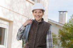 Работник портрета женский вне вьюрка кабеля свойства над плечом Стоковая Фотография RF