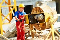 Работник построителя на конструкции с смесителем Стоковое Изображение RF