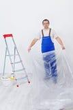 Работник подготавливая комнату перекрасить стоковые изображения