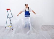 Работник подготавливая покрасить комнату стоковое изображение