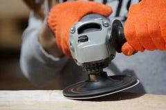 Работник полируя деревянную таблицу Конец-вверх стоковые изображения rf