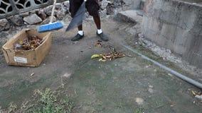 Работник подметая двор на ресторане на Бекии видеоматериал