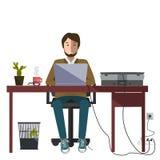 работник приемной компьютера сидя Белая предпосылка Стоковые Фотографии RF