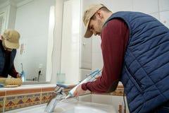 Работник прикладывая sealant силикона в ванной комнате Стоковые Изображения RF