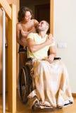 Работник принес персону в кресло-коляске Стоковое Фото