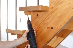 Работник приспосабливает лестницы стоковое фото rf