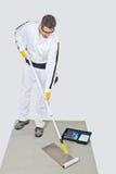 Работник при воспламененный ролик краски стоковое фото rf