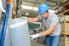Работник проверяя ссылку на ограждать крена Стоковое Изображение RF