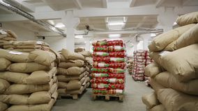 Работник продолжает нагрузить стог сумок макаронных изделий сток-видео