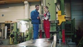 Работник производства женщины и человека на встреча сток-видео