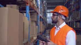Работник просматривает код штриховой маркировки сток-видео