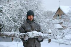 Работник пущи с большим срубленным журналом Стоковые Изображения