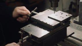 Работник работает советскую машину бурильного станка акции видеоматериалы