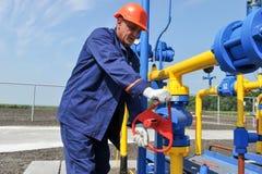 Работник работая на заводе по обработке газа Стоковое Фото