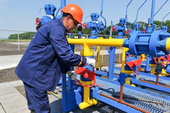 Работник работая на заводе по обработке газа Стоковое Изображение RF