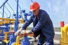 Работник работая на заводе по обработке газа Стоковая Фотография RF