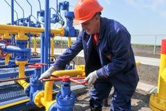 Работник работая на заводе по обработке газа Стоковое фото RF