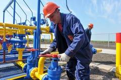 Работник работая на заводе по обработке газа Стоковая Фотография