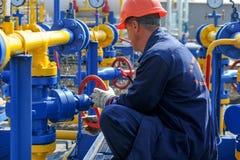 Работник работая на заводе по обработке газа Стоковое Изображение