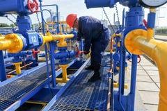 Работник работая на заводе по обработке газа Стоковые Изображения RF
