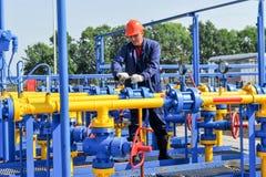 Работник работая на заводе по обработке газа Стоковые Фотографии RF