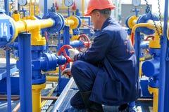 Работник работая на заводе по обработке газа Стоковые Изображения