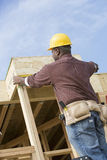 Работник работая на строительной площадке Стоковые Фото