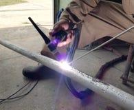 Работник работая промышленные металлы заварки стоковое фото rf