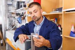 Работник регулирует студию принтера оборудования стоковые изображения rf