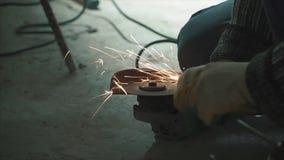 Работник режа старый металл используя угловой шлифовальный станок зажим Угловой шлифовальный станок с искрами акции видеоматериалы