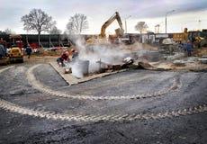 Работник режет конкретную круглую пилу обочины на строительной площадке Стоковая Фотография RF