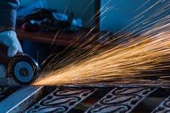 Работник режет сталь Стоковые Фото