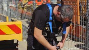 Работник ремонта дорог шоссе 6 подготавливая безопасность ropes для ремонтировать строительство в высоком месте видеоматериал
