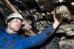 Работник ремонтирует автомобиль Стоковые Изображения RF