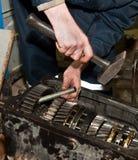Работник ремонтирует передачу Стоковая Фотография