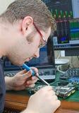 Работник ремонтируя компьютерное оборудование Стоковые Изображения