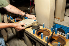 Работник ремонтируя насос нефтянного месторождения Стоковые Изображения