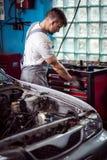 Работник ремонтной мастерской автомобиля Стоковая Фотография