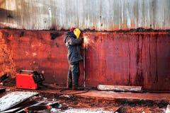 Работник сваривает стену стального топливного бака Стоковое Фото