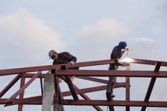 Работник сваривая сталь для того чтобы построить крышу Стоковые Фото