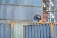 Работник сваривая для того чтобы отремонтировать коробку контейнера в порте Стоковые Фотографии RF