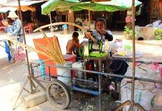 Работник сжимает сок сахарного тростника стоковые изображения