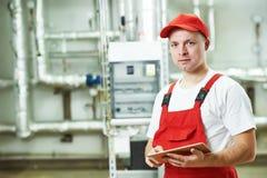 Работник системы отопления боилера стоковая фотография