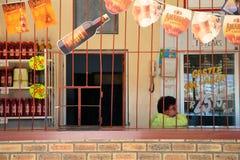 Работник сидя внутри ее бакалеи, Южная Африка Стоковая Фотография RF