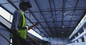 Работник склада нося шлемофон 4k VR акции видеоматериалы