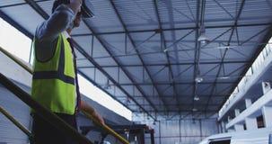Работник склада нося шлемофон 4k VR видеоматериал