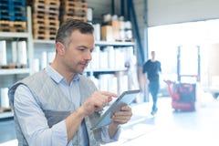 Работник склада человека с планшетом стоковые фотографии rf
