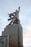 Работник скульптуры и Kolkhoz женщина в Москва стоковые фотографии rf